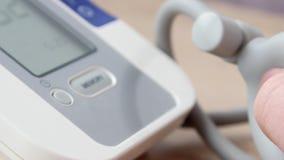 Medico che misura la pressione sanguigna video di 4k UltraHD archivi video