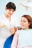 Medico che mostra al paziente Fotografia Stock Libera da Diritti