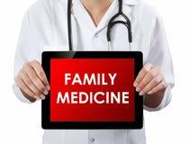 Medico che mostra compressa con il testo della MEDICINA di FAMIGLIA Fotografie Stock Libere da Diritti