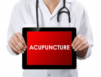 Medico che mostra compressa con il testo di AGOPUNTURA Fotografie Stock