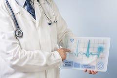 Medico che mostra ecg Fotografie Stock Libere da Diritti