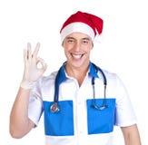 Medico che mostra gesto GIUSTO Immagine Stock