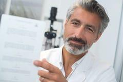 Medico che mostra la prova di carta dell'occhio fotografie stock libere da diritti