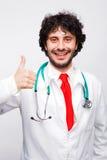 Medico che mostra segno giusto fotografia stock libera da diritti