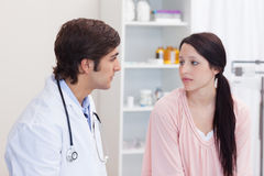 Medico che parla con il suo paziente Fotografia Stock Libera da Diritti