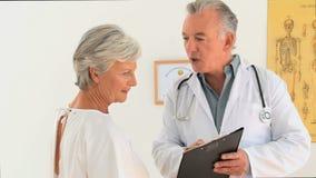 Medico che parla con suo paziente video d archivio