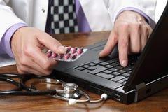 Medico che per mezzo del calcolatore Fotografia Stock