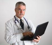 Medico che per mezzo del calcolatore immagini stock