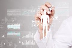 Medico che per mezzo del computer moderno con il diagramma della cartella sanitaria sul concetto dello schermo virtuale Monitorag immagine stock