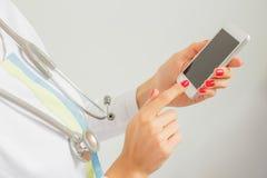 Medico che per mezzo del dispositivo mobile Fotografia Stock