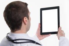 Medico che per mezzo del pc della compressa con lo schermo vuoto Fotografia Stock Libera da Diritti