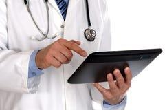 Medico che per mezzo del ridurre in pani digitale Immagine Stock Libera da Diritti
