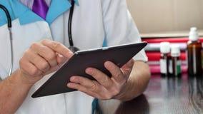 Medico che per mezzo della compressa digitale all'ospedale fotografia stock libera da diritti