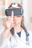 Medico che per mezzo della cuffia avricolare di realtà virtuale Fotografie Stock