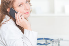 Medico che per mezzo dello Smart Phone Immagine Stock Libera da Diritti