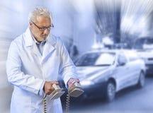 Medico che per mezzo di un defibrillator Immagini Stock