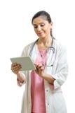 Medico che per mezzo di una compressa digitale isolata Fotografia Stock