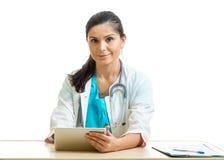 Medico che per mezzo di una compressa digitale isolata su bianco Fotografie Stock Libere da Diritti