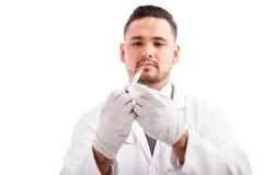 Medico che prepara una siringa Fotografia Stock