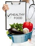 Medico che raccomanda alimento sano Fotografia Stock