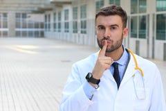 Medico che richiede silenzio in ospedale immagine stock libera da diritti
