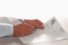 Medico che scrive prescrizione sul modulo di RX Fotografie Stock Libere da Diritti