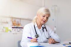 Medico che scrive una prescrizione fotografia stock