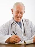 Medico che scrive una prescrizione Fotografie Stock