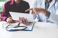 Medico che si consulta con la lastra radioscopica d'esame paziente per il paziente immagini stock libere da diritti