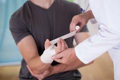Medico che sparte il polso del paziente fotografia stock libera da diritti