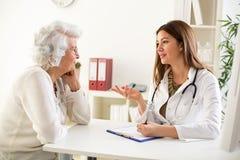 Medico che spiega diagnosi al suo paziente femminile fotografia stock libera da diritti