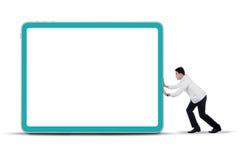 Medico che spinge tabellone per le affissioni vuoto Fotografie Stock Libere da Diritti