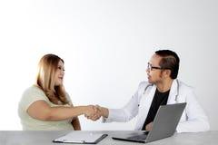 Medico che stringe le mani con la donna di peso eccessivo Fotografia Stock Libera da Diritti