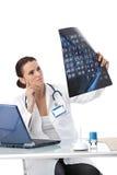 Medico che studia esplorazione dei raggi X Immagine Stock Libera da Diritti