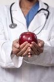 Medico che suggerisce dieta sana Immagine Stock