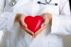 Medico che tiene cuore rosso Immagine Stock Libera da Diritti