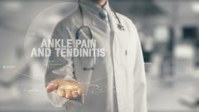 Medico che tiene dolore disponibile e la tendinite della caviglia Fotografia Stock