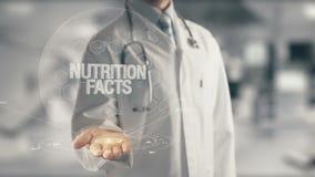 Medico che tiene i fatti disponibili di nutrizione archivi video