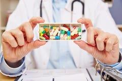 Medico che tiene l'erogatore tedesco della pillola in mani Fotografie Stock Libere da Diritti