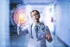 Medico che tiene mano sul touch screen ad chiamare paziente digitale d immagini stock