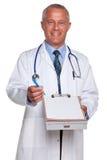 Medico che tiene rapporto medico in bianco Fotografia Stock Libera da Diritti