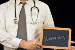 Medico che tiene un'ardesia della scuola su quale è scritto la tubercolosi in francese fotografia stock