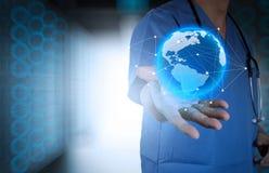Medico che tiene un globo del mondo in sue mani Fotografie Stock Libere da Diritti