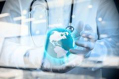 Medico che tiene un globo del mondo in sue mani Immagine Stock Libera da Diritti