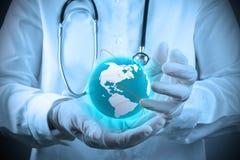 Medico che tiene un gobe del mondo in sue mani immagine stock