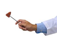 Medico che tiene un martello riflesso Immagine Stock
