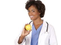 Medico che tiene una mela fotografia stock