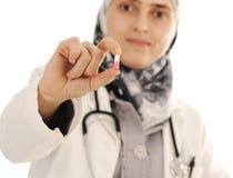 Medico che tiene una pillola, soluzione per voi, Fotografia Stock