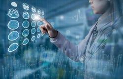 Medico che tocca schermo di computer dell'immagine del cervello di CT in roo di lavoro fotografia stock