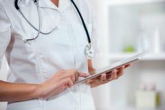 Medico che usando app su un computer della compressa Fotografia Stock Libera da Diritti